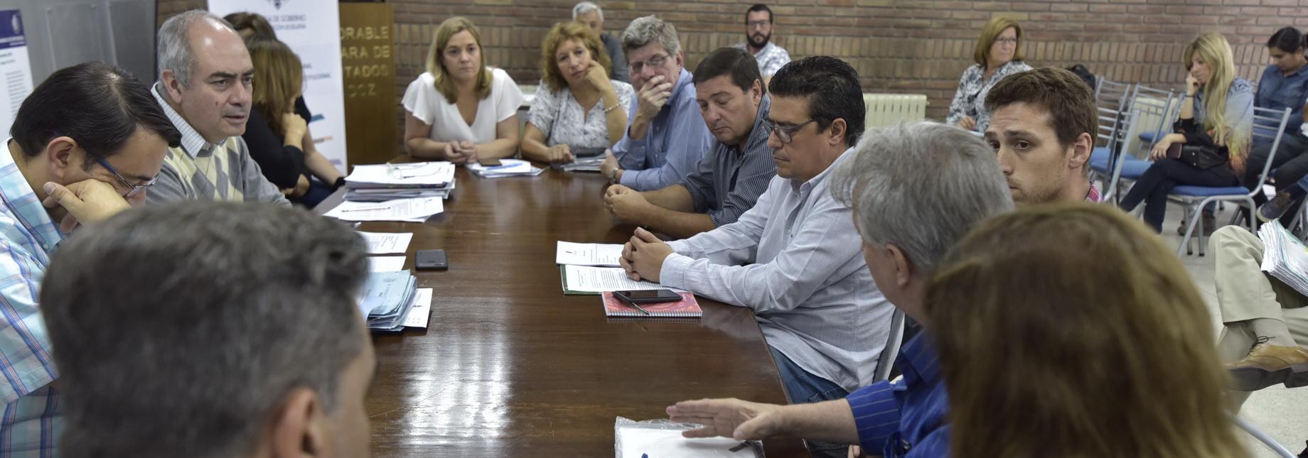 Resultado de imagen para comisión de Legislación y Asuntos Constitucionales (LAC), que preside Jorge Albarracín (UCR) analizaron el proyecto de Ley de creación del Colegio de Ingenieros Agrónomos de la Provincia de Mendoza, que es impulsado por Marcelo Aparicio (UC).